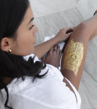 gold tattoo auf dem bein