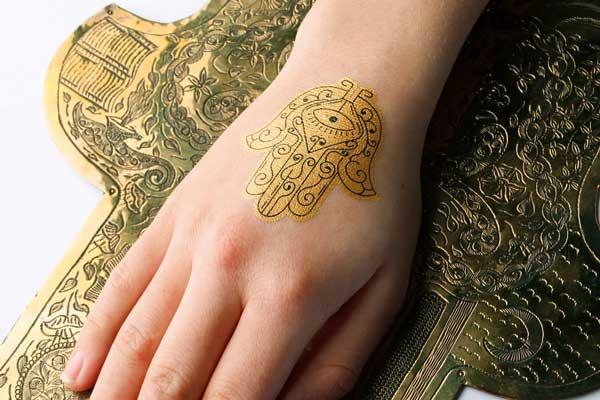Schmuck Tattoos Gold und Schwarz Hand