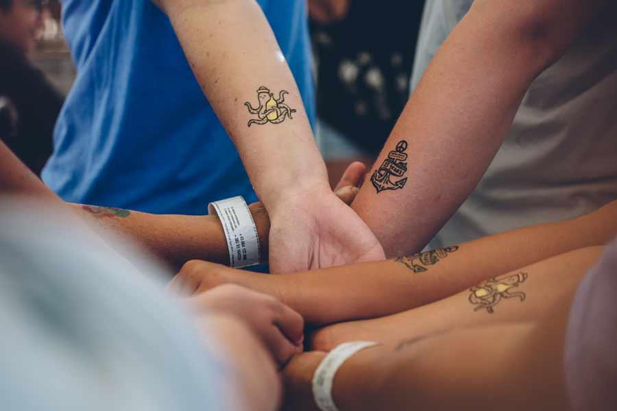 Kinder mit Tattoo-Sets Sommer